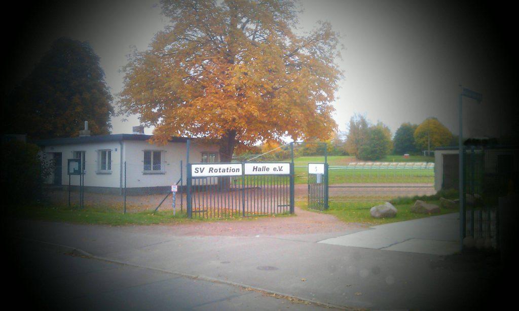 Foto vom Fußballplatz mit Vereinsheim